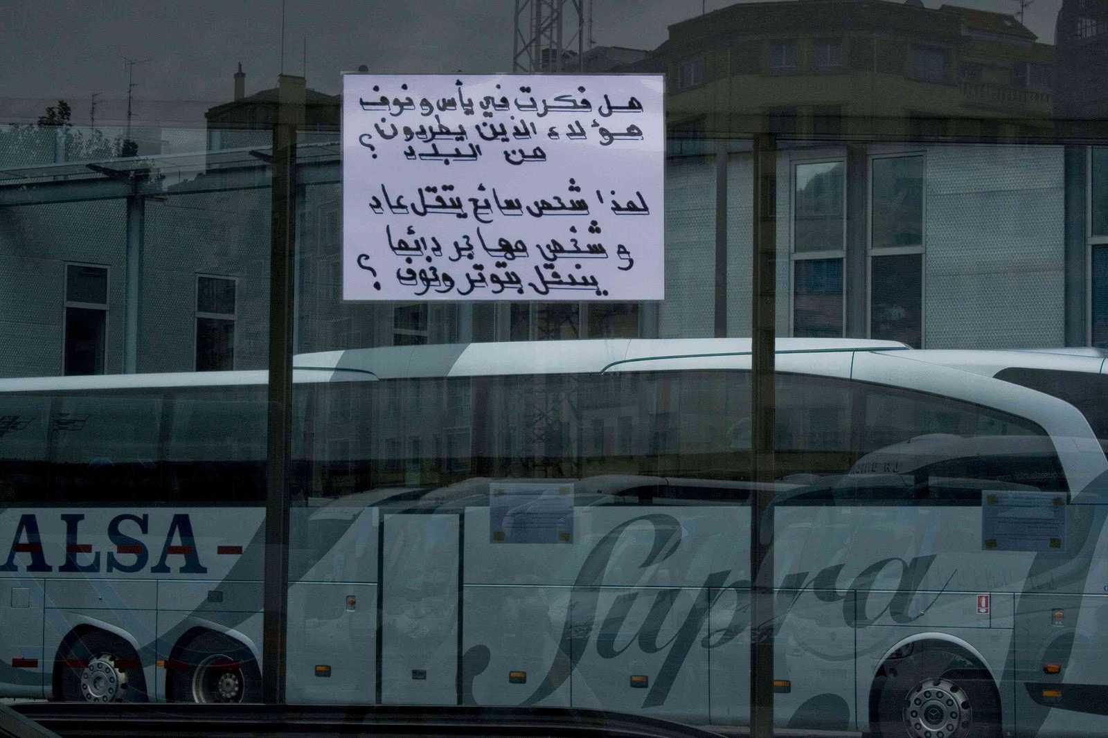 Intervención artística con un texto árabe en la estación de autobuses de Bilbao (Termibus)